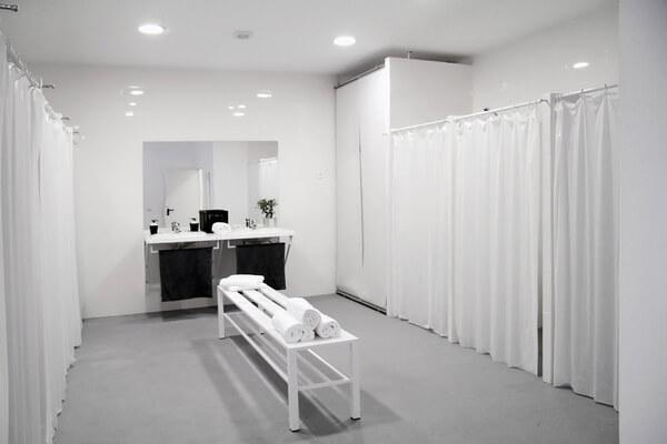Instalaciones Bikram Yoga Spain Barrio Salamanca,vestuario mujeres, cabinas y banco