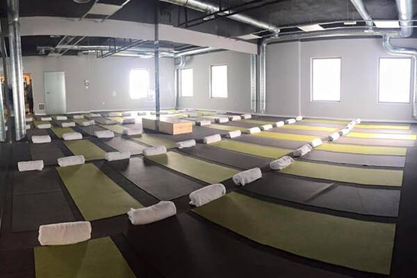 Instalaciones Bikram Yoga Alicante, clase, colchonetas y toallas