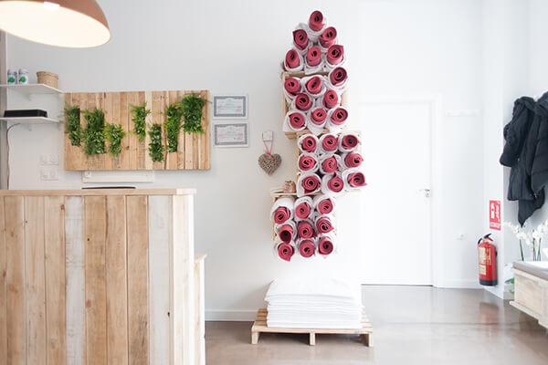 Instalaciones Bikram Yoga Spain Montecarmelo, detalle del toallero