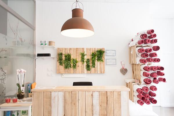 Instalaciones Bikram Yoga Spain Montecarmelo, detalle de recepción, decoración en madera