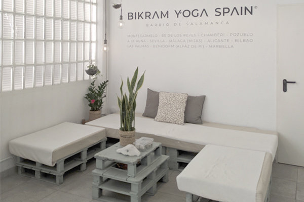 Bikram Yoga Barrio de Salamanca Facilities, rest area, sofa and table, decoration in white