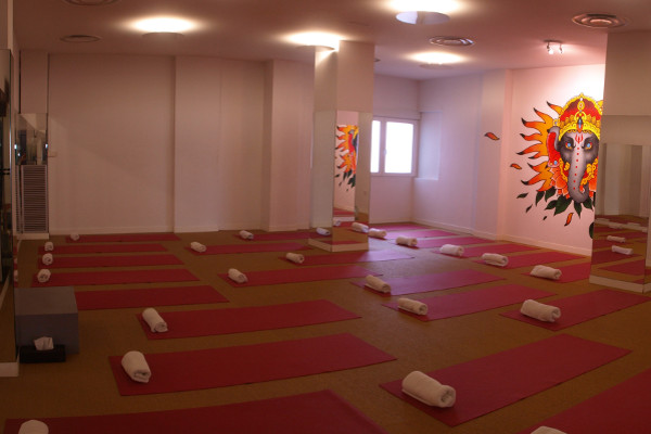 Bikram Yoga Spain A Coruña, yoga class with mirrors