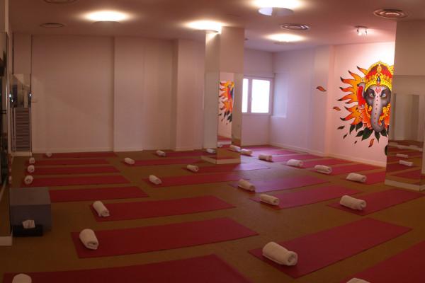 Bikram Yoga Spain A Coruña, clase yoga con espejos