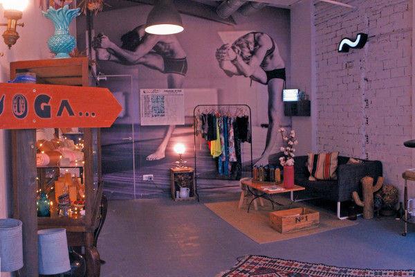 Bikram Yoga Spain Coruña, zona de descanso, sofá y mesa