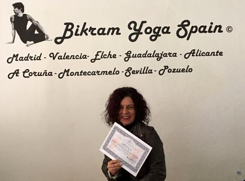 Profesor Bikram Yoga, Caroline
