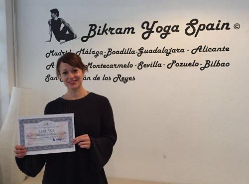 Profesor Bikram Yoga, Lola Baena