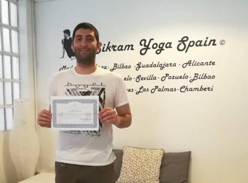 Profesor Bikram Yoga, Nicola