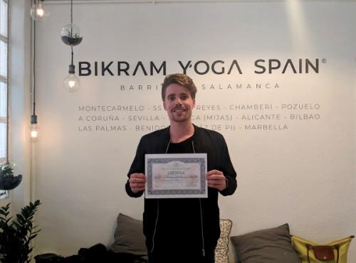 Profesor Bikram Yoga, Johannes
