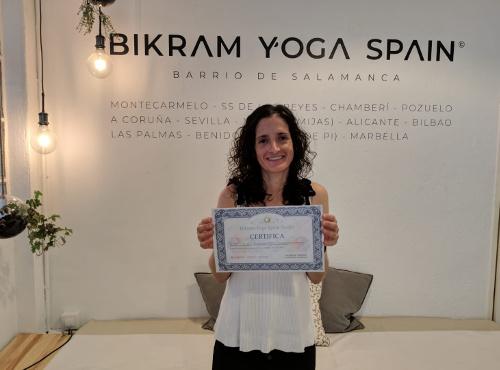 Profesor Bikram Yoga, Manuela