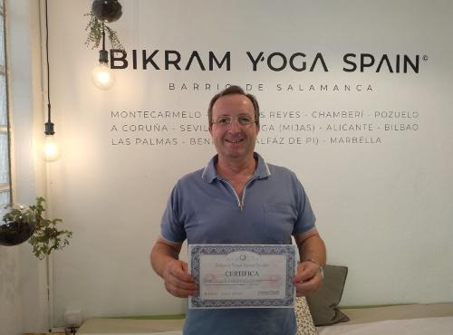 Profesor Bikram Yoga, Pedro