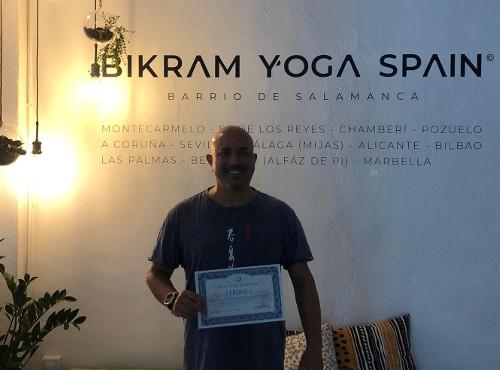 Profesor Bikram Yoga, Frank J